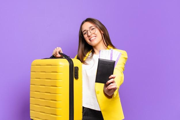 Junge hübsche geschäftsfrau mit koffer