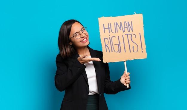 Junge hübsche geschäftsfrau mit menschenrechtsfahne