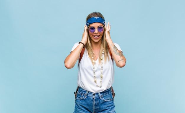 Junge hübsche hippiefrau mit einer ledertasche