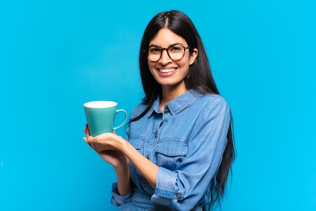 Junge hübsche hispanische frau, die einen kaffee trinkt