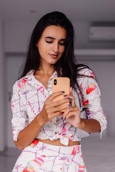 Junge hübsche kaukasische frau modeblogger, die stilvolle kleidung trägt