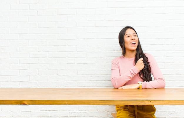 Junge hübsche lateinische frau, die glücklich, positiv und erfolgreich sich fühlt