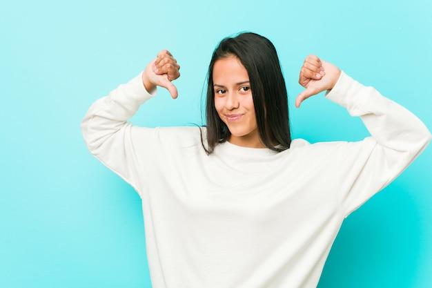 Junge hübsche spanische frau fühlt sich stolz und selbstbewusst