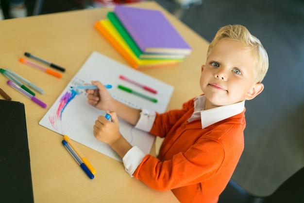 Junge im büro zeichnen