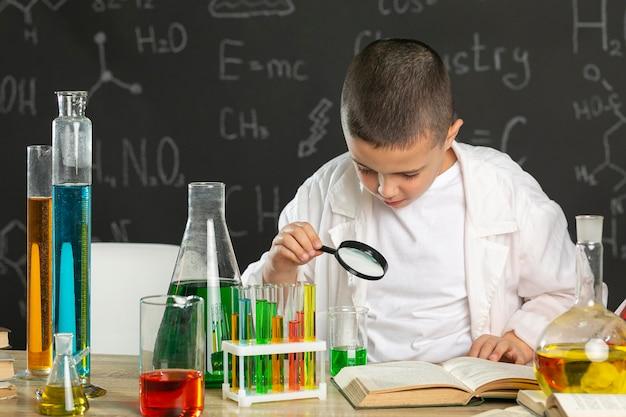 Junge im labor macht tests