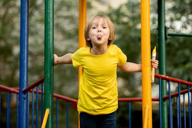 Junge im park spielen
