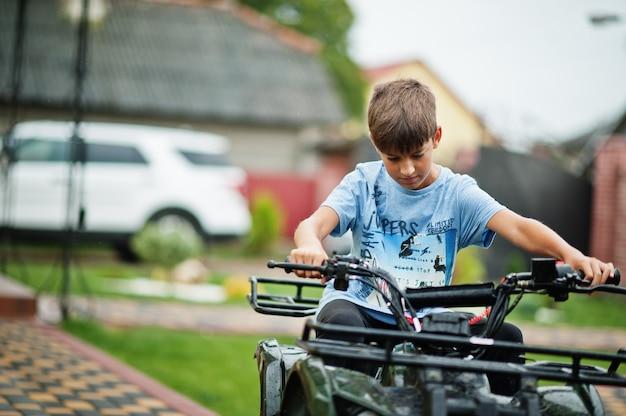 Junge im vierrad-atv-quad.