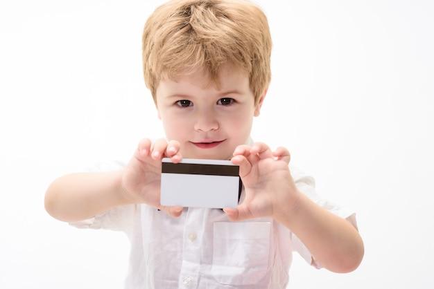 Junge im weißen hemd zeigt leere kreditkarte bargeld kreditkarte visitenkarte plastik-bankkarte mit