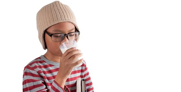 Junge in den gläsern, die milch lokalisiert auf einem weißen hintergrund trinken