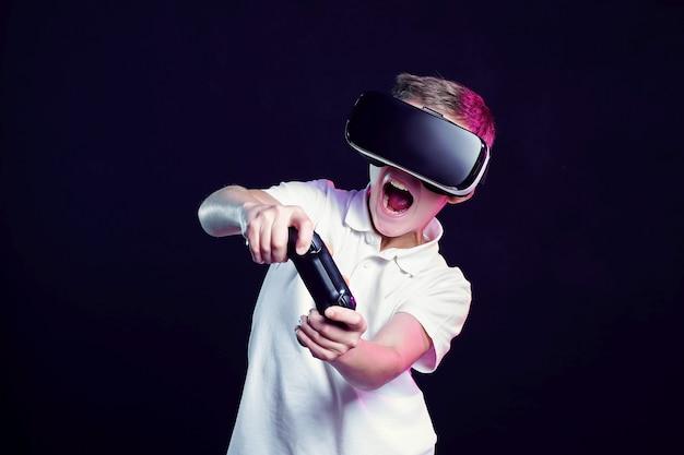 Junge in der vr-schutzbrille, die mit gamepad spielt