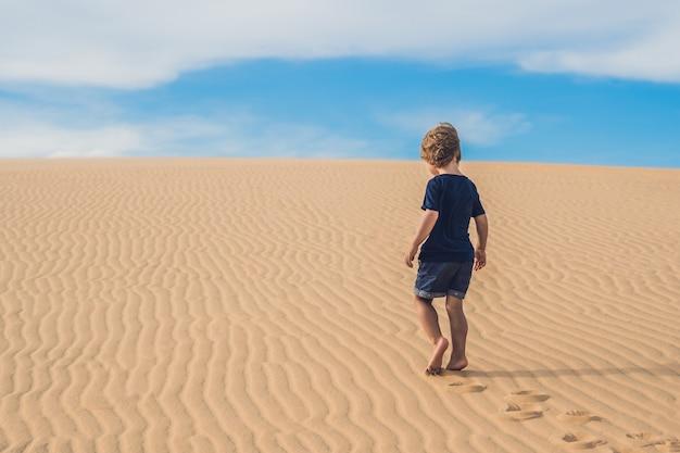 Junge in der wüste. reisen mit kindern konzept