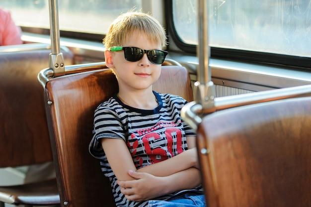 Junge in einem öffentlichen verkehr