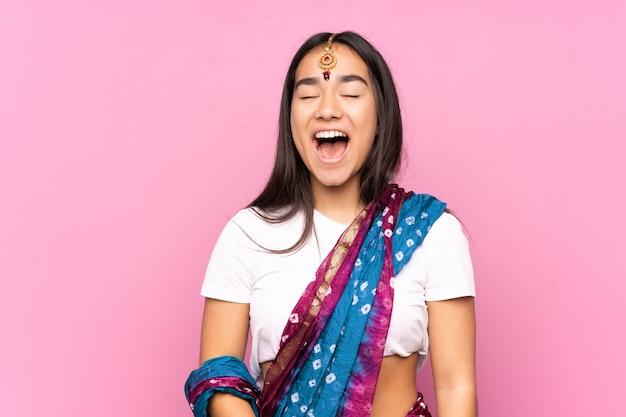 Junge inderin mit sari, die nach vorne mit offenem mund schreit
