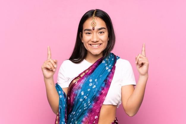 Junge inderin mit sari über isoliertem aufzeigen einer großen idee