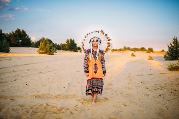 Junge indianische frau in traditioneller tracht