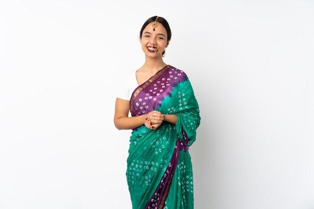 Junge indische frau isoliert auf weißem hintergrund lachen laugh