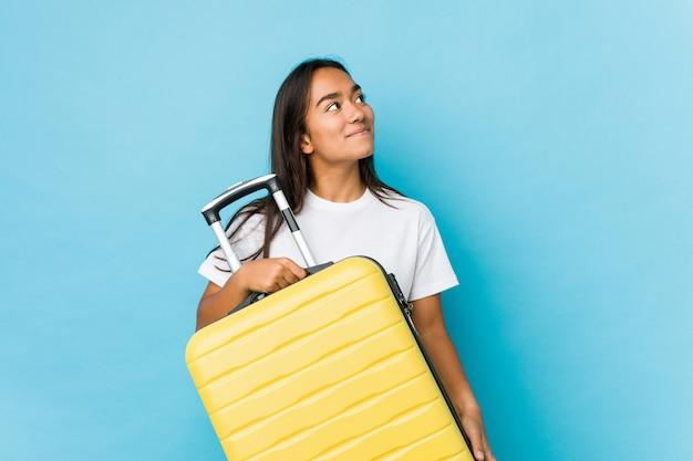 Junge indische frau nervös für das handeln einer neuen reise lokalisiert