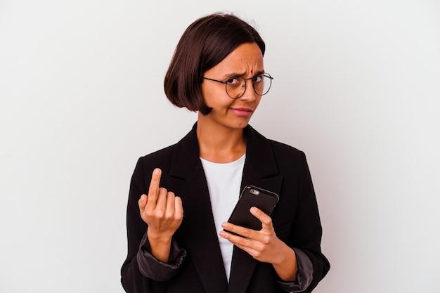 Junge indische geschäftsfrau, die ein isoliertes telefon hält, das mit dem finger auf sie zeigt, als ob die einladung näher kommt.