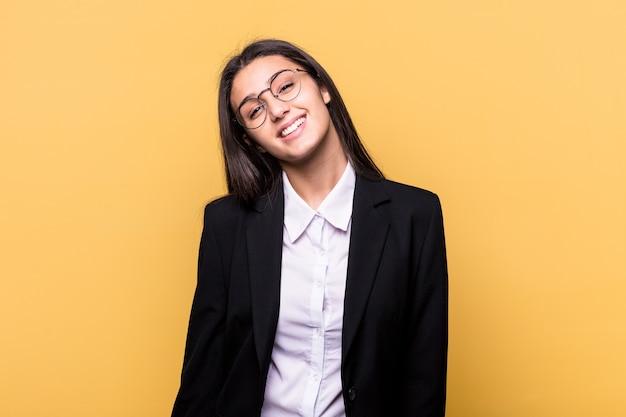 Junge indische geschäftsfrau lokalisiert auf gelb glücklich, lächelnd und fröhlich.