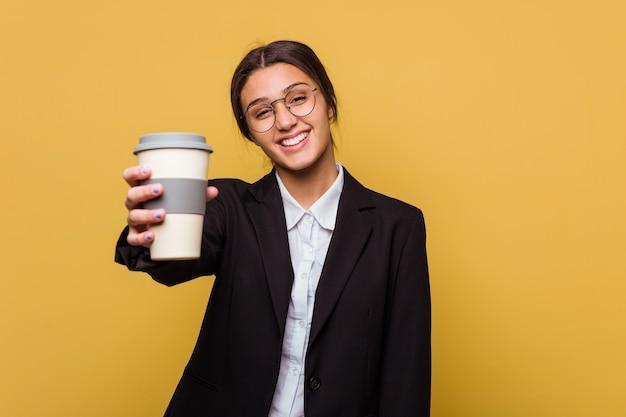 Junge indische geschäftsfrau trinkt einen kaffee zum mitnehmen isoliert