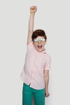 Junge ingwer sagt ja positive person, die das winzeichen-genehmigungskonzept gestikuliert