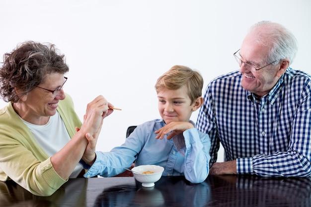 Junge isst kind weiblich großmutter