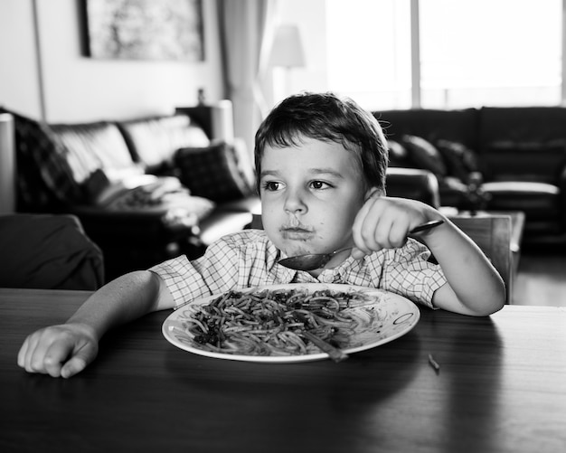 Junge isst spaghetti