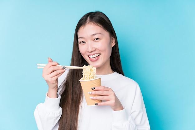 Junge japanische frau, die nudeln isst