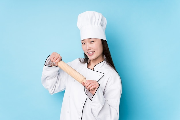 Junge japanische kochfrau, die kocht