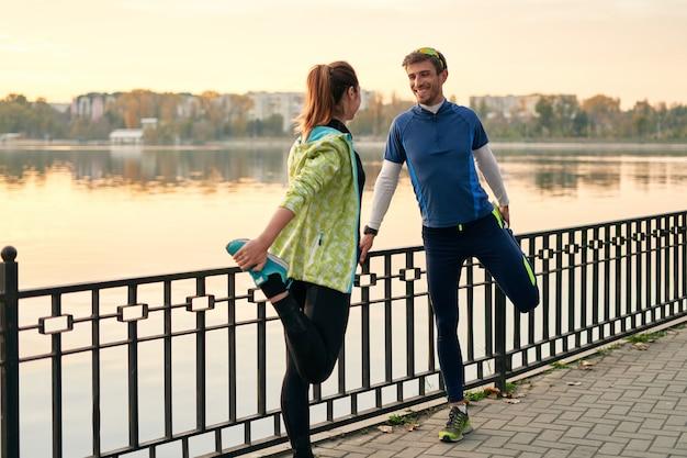 Junge jogger strecken sich vor einem gemeinsamen lauf