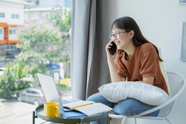 Junge jugendfrau, die das angenehme gespräch plaudert durch mobile mit freund hat.