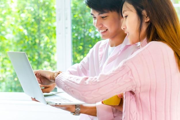 Junge jugendliche, die mit laptop zusammenarbeiten