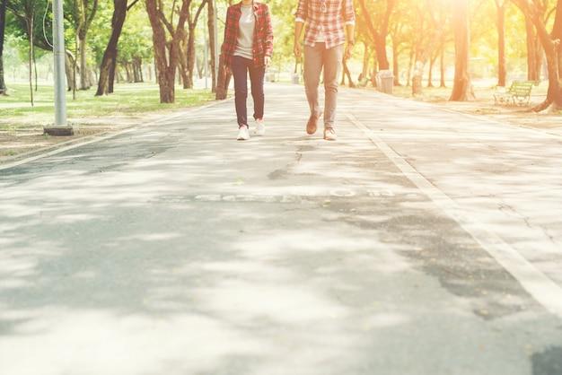 Junge jugendliche, paare, die zusammen im park wandern, entspannen holida