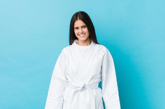 Junge karatefrau glücklich, lächelnd und nett.