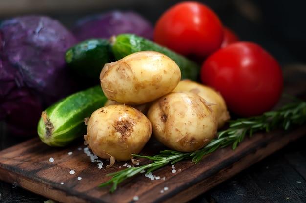 Junge kartoffeln auf holztisch