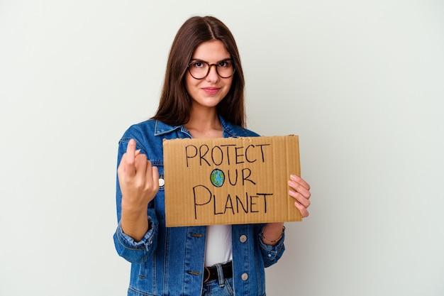 Junge kaukasische frau, die hält, schützen unser planetenplakat, das nummer eins mit finger zeigt.