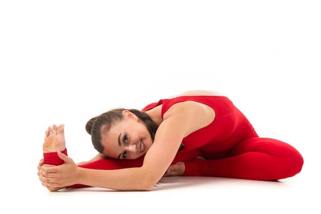 Junge kaukasische frau, die yoga praktiziert
