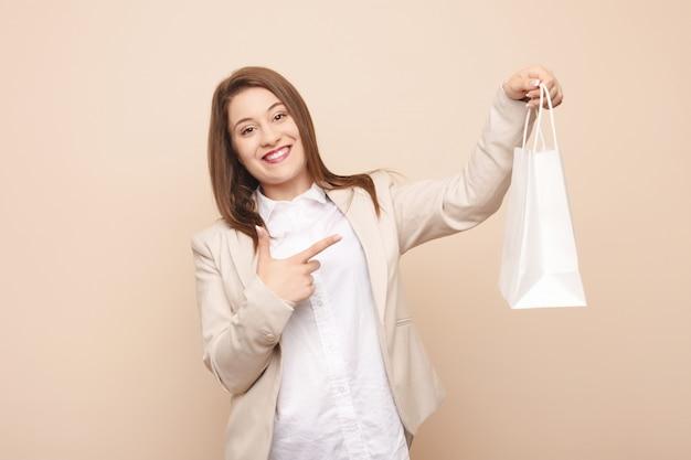 Junge kaukasische frau, die zum einkaufen geht