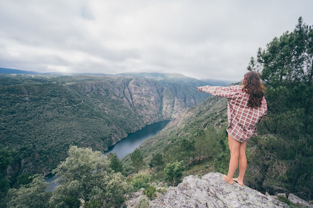 Junge kaukasische frau im sil canyon in spanien