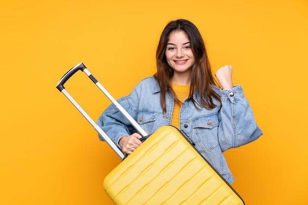 Junge kaukasische frau im urlaub mit reisekoffer