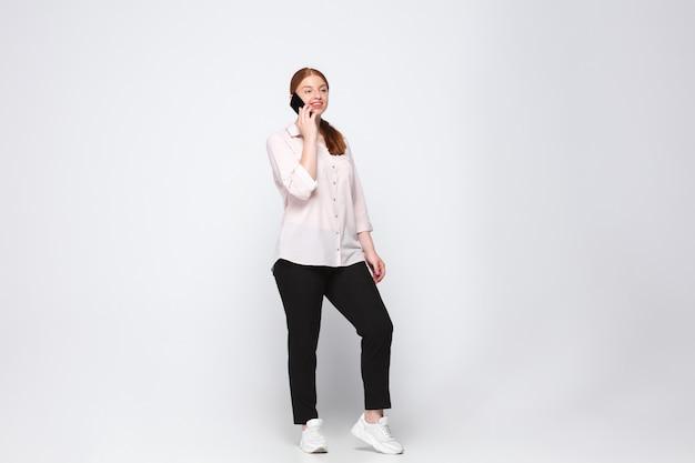 Junge kaukasische frau in der freizeitkleidung. bodypositive weibliche figur, plus größe geschäftsfrau