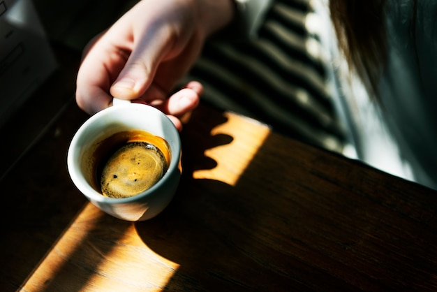 Junge kaukasische frau in einem café