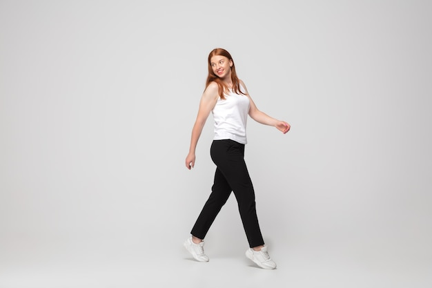 Junge kaukasische frau in freizeitkleidung. bodypositives weibliches model