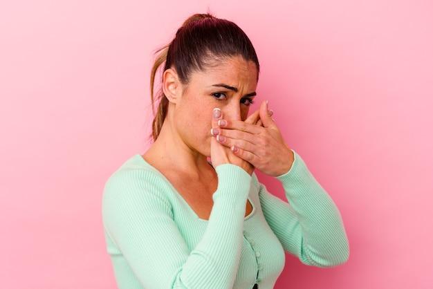 Junge kaukasische frau isoliert auf rosa mit leberschmerzen, bauchschmerzen.
