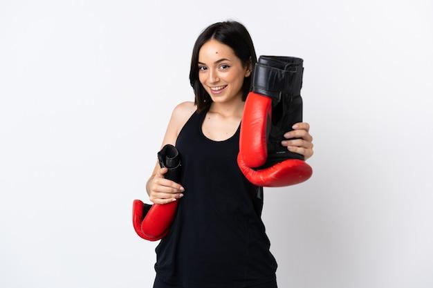 Junge kaukasische frau lokalisiert auf weiß mit boxhandschuhen