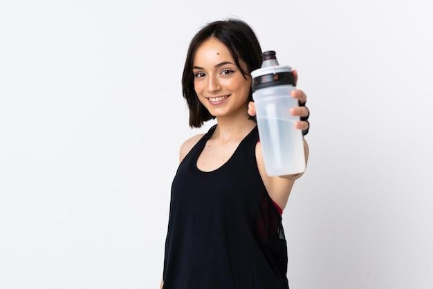Junge kaukasische frau lokalisiert auf weißem hintergrund mit sportwasserflasche