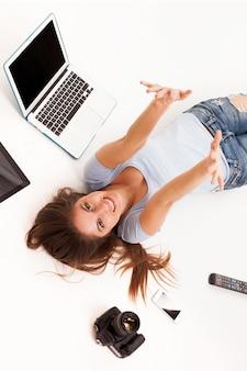 Junge kaukasische frau mit elektronischen geräten