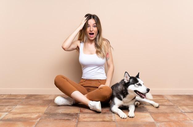 Junge kaukasische frau mit ihrem hund