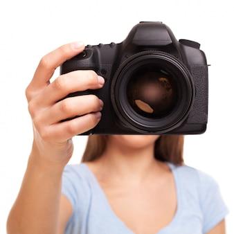 Junge kaukasische frau mit kamera