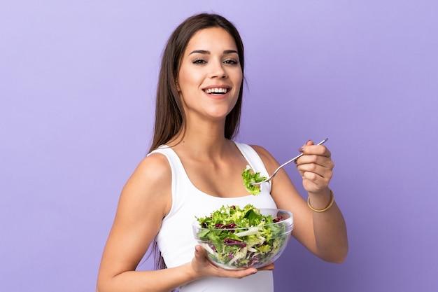 Junge kaukasische frau mit salat